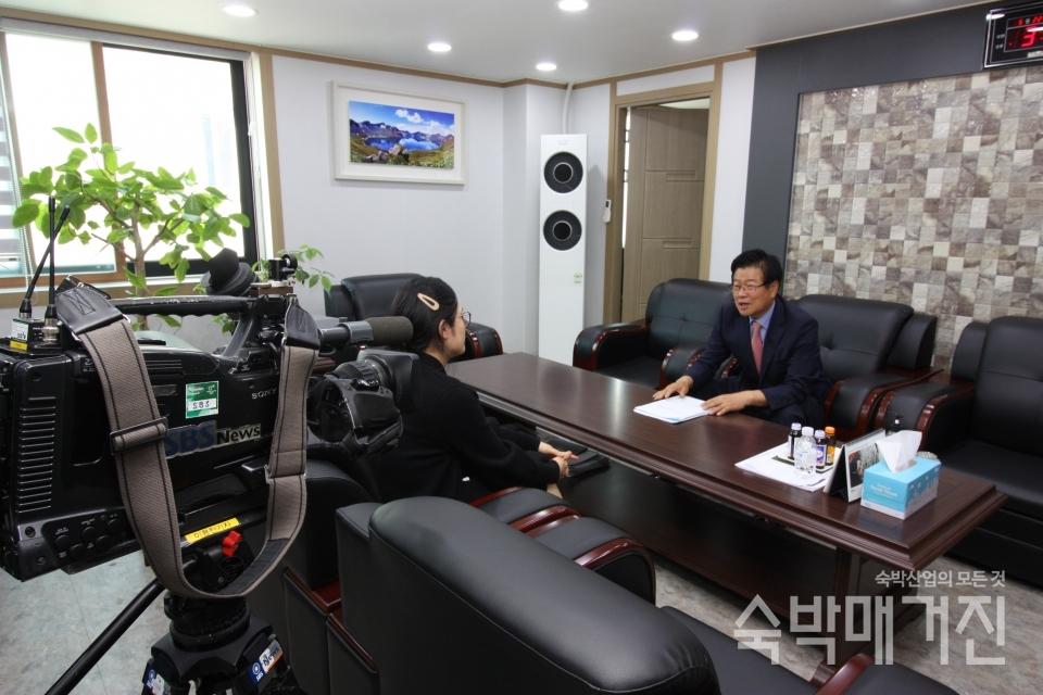 ▲ 지난 5월 21일 오후 중앙회에서 SBS 8시뉴스와 인터뷰를 진행하고 있는 정경재 중앙회장