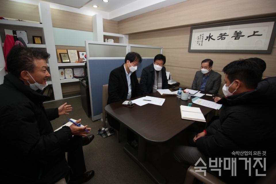 ▲ 정경재 중앙회장이 지난 12월 5일 박성중 의원과 정책간담회를 진행하고 있다.